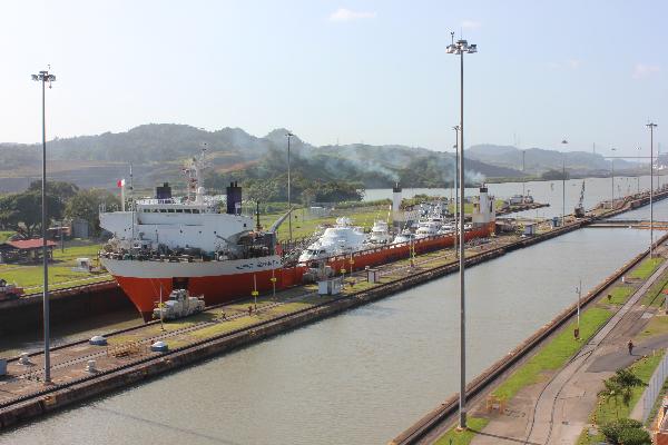 ship locks panama canal2