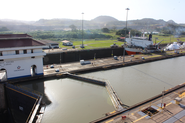 ship locks panama canal4