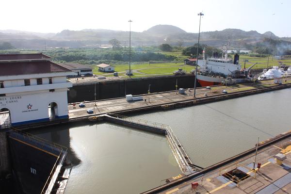 ship locks panama canal4